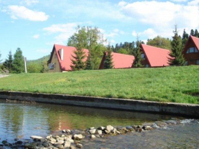 Domki nad rzeką w górach | zdjęcie nr 1